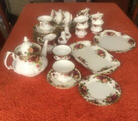 VINTAGE ROYAL ALBERT BONE CHINA. OLD COUNTRY ROSE TEA SET X36 pieces Beautiful collection