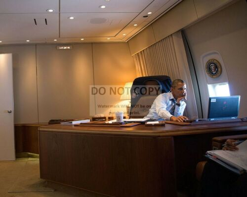 BARACK OBAMA IN HIS OFFICE ABOARD AIR FORCE ONE IN 2014 - 8X10 PHOTO (ZY-532)