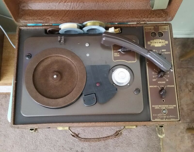 WIREWAY WP 8949 RADIO TURNTABLE WIRE RECORDER WITH SPEAKERS