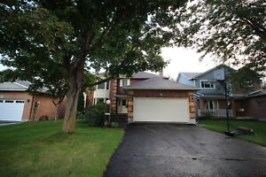 *Spacious 4 Bed, 2.5 Bath House in Kanata w/ Great Deck & Pool
