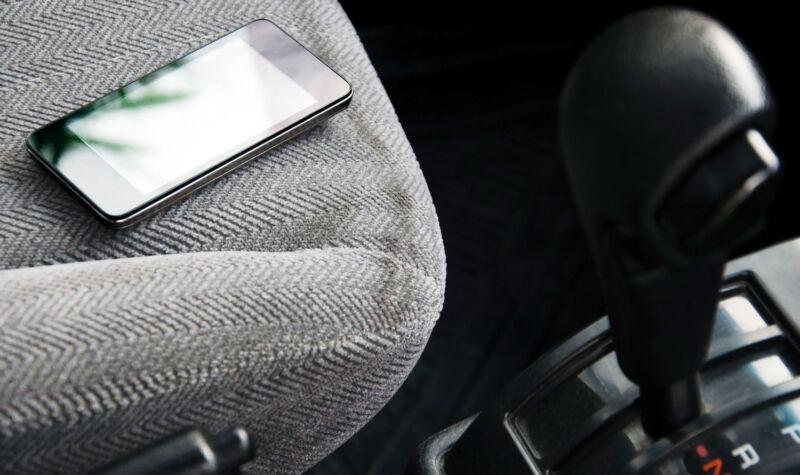 Smartphone im Auto vergessen? Das kann heiß und teuer werden! (© Thinkstock via The Digitale)