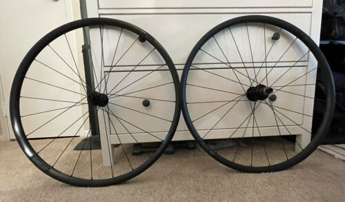 DT Swiss R470 Road Disc Wheelset - Tubeless Compatible w/ Valves - XDR Driver