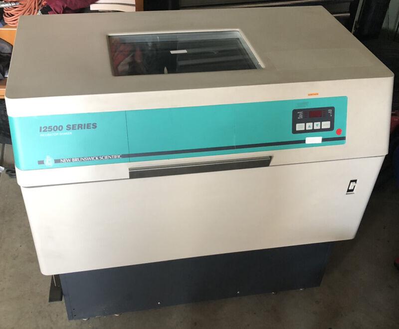 NEW BRUNSWICK SCIENTIFIC INCUBATOR SHAKER, MODEL I2500
