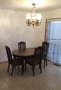 Great Great Condition / Dining Room Table with extension