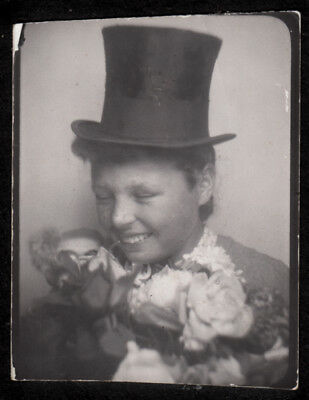 BIZARRO FACE TOP HAT GIRL GIGGLES in FLOWER BOUQUET ~ 1930s PHOTOBOOTH PHOTO