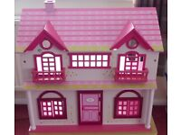 WOODEN DOLLS HOUSE WITH OPEN BACK FOR PLAYING AND FURNITURE SUITABLE FOR YOUNGER CHILD VGC £40 ONO