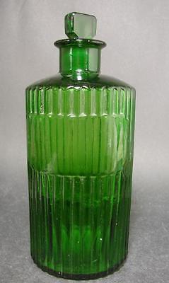 Apothekenflasche. Englisch, Anfang 20.Jh. Grünes geripptes Glas.