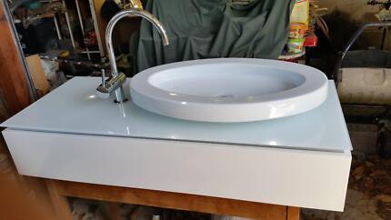 Free Standing Bathroom Vanity  Exellent condition