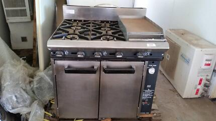 Commercial Gas Stove 900 wide 800 deep with griddle