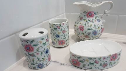 Bathroom accessories white old style 4 piece