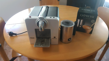 Nespresso delonghi coffee machine with milker frother