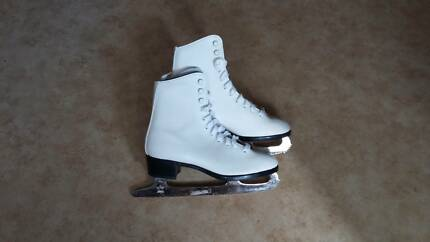 Ice skates, size 4, almost new