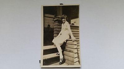 Foto 35K1718 Junge Dame nette Pose vor dem Haus ca.7x12 ()