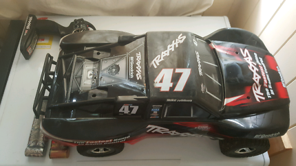 Traxxas slash 2wd great condition comes  charger and batteries