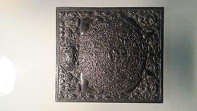 Asiatische Kunst - Wandplatte im Schildkrötenmuster mit eingearbeiteten Figuren