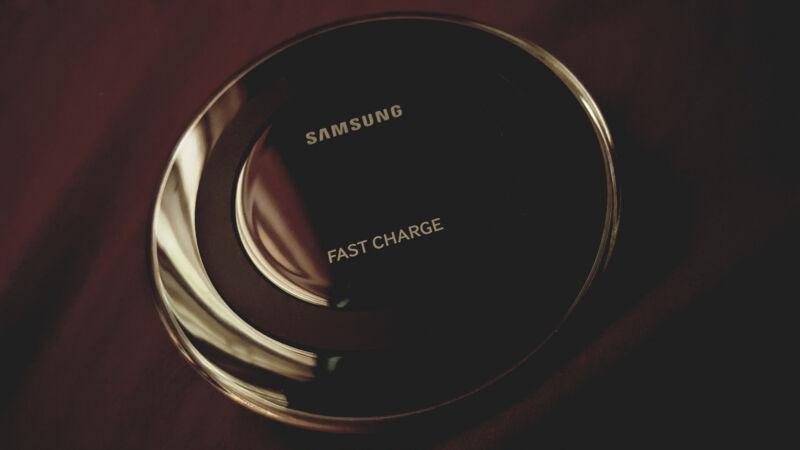 Mit wireless Charging entfällt das lästige Einstecken des USB-Kabels zum Aufladen. (Honou (CC BY 2.0))