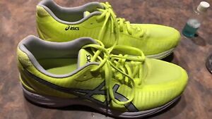 Souliers course asics Trainer 23 jaune fluo short under armour +