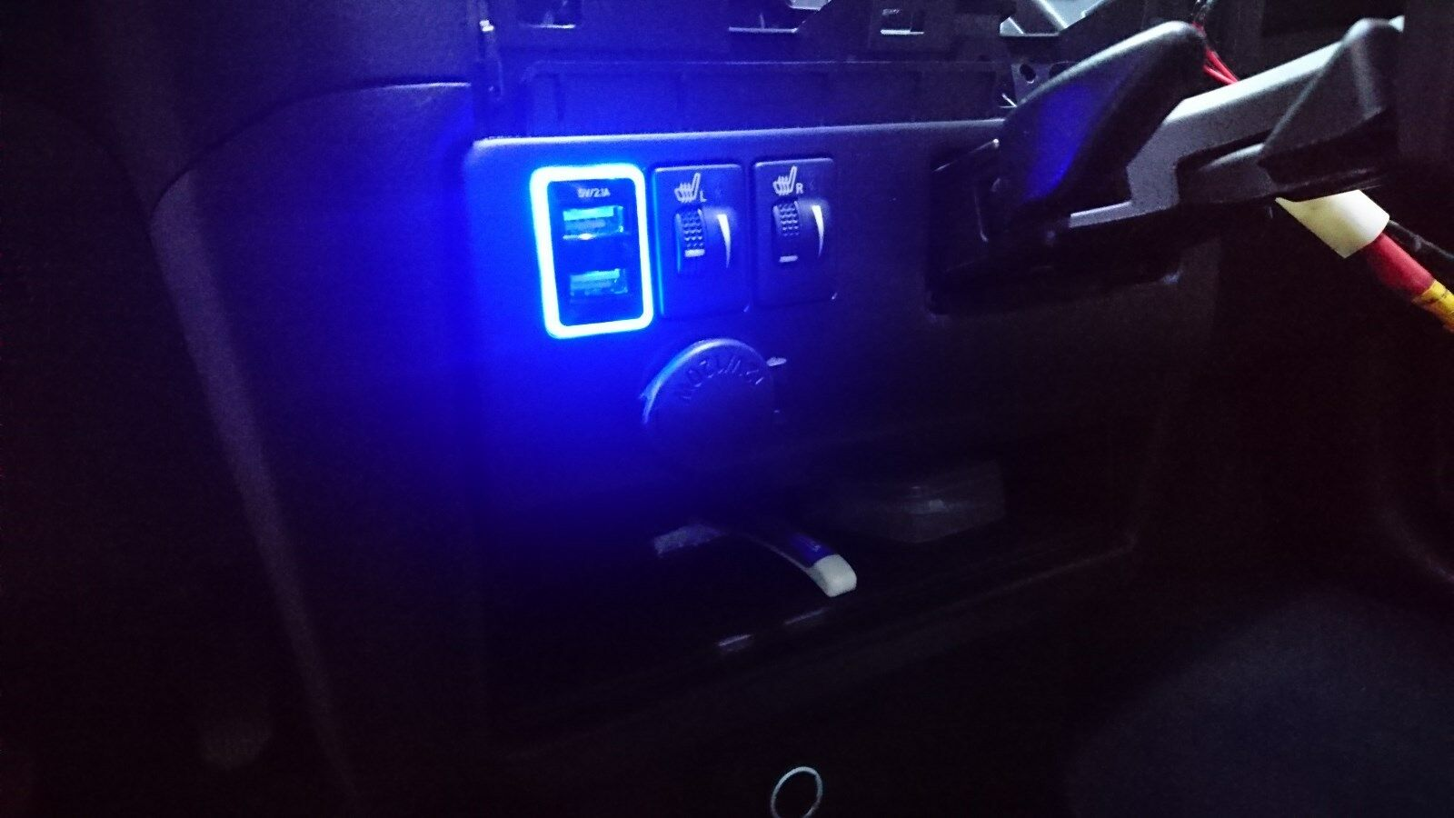 MIT TOYOTA C-HR 2017-2018 OEM LED Dual USB port 2.1A Adapter power phone charger