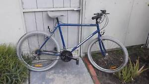 "men's  bike Diamondback Outlook 26"" wheels, 18 speeds 21"" frame"