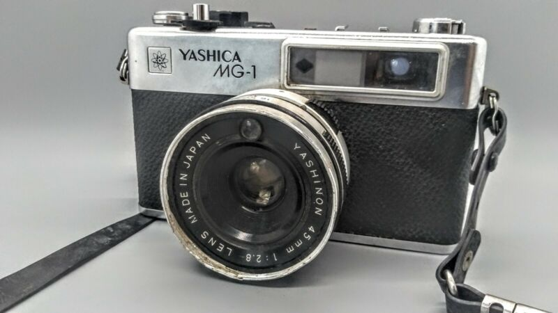 YASHICA MG-1 WITH YASHINON 4.5MM 1:2.8 LENS AND STRAP (TESTED)