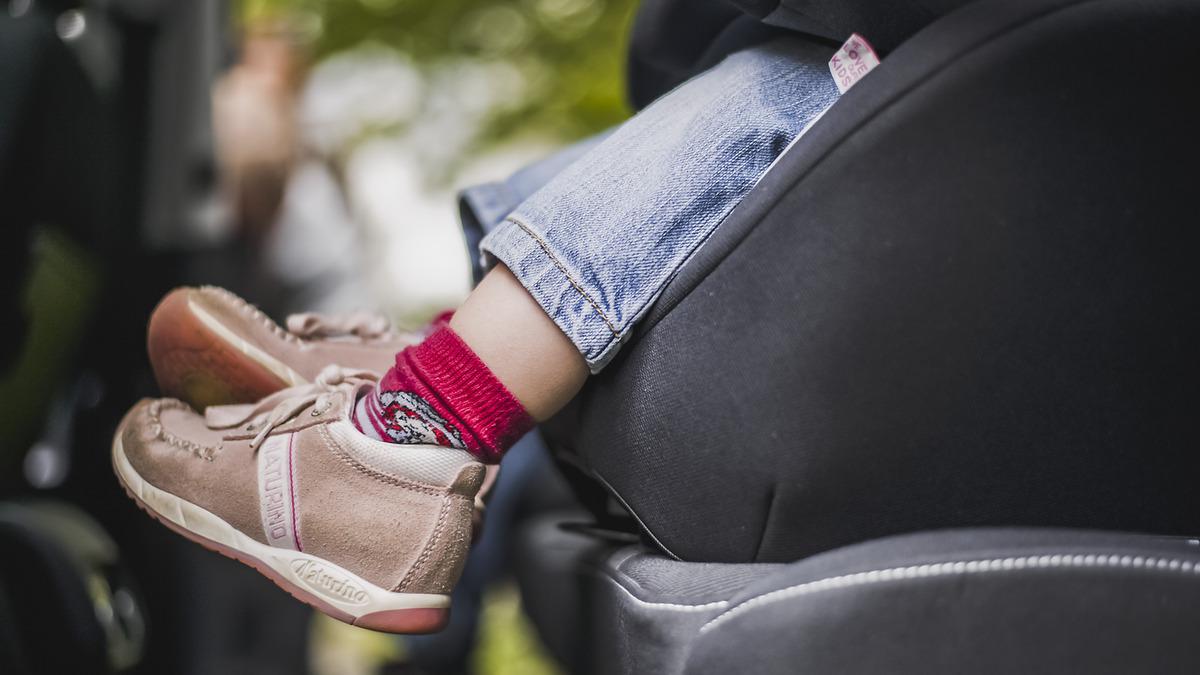 ab wann können kinder auf einer sitzerhöhung sitzen