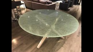 Table en vitre  de 5 pi impeccable