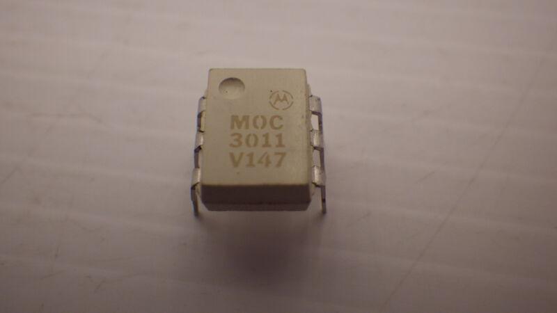 MOTOROLA MOC3011 1 CHANNEL TRIAC OUTPUT OPTOCOUPLER V147 NNB