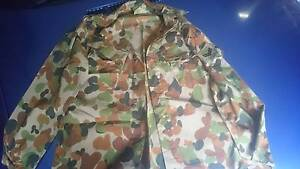 Men's new army cam shirt size 110r Highland Park Gold Coast City Preview