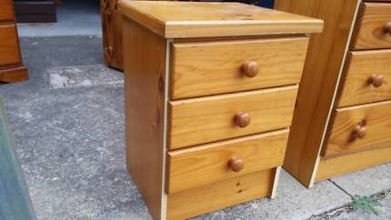 CLEAN PINE 3 DRAWER BEDSIDE TABLE CABINET*LOTS OF USED FURNITURE