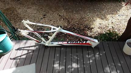 Giant Boulder frameset + brakes + gears , white, dirt jump, small