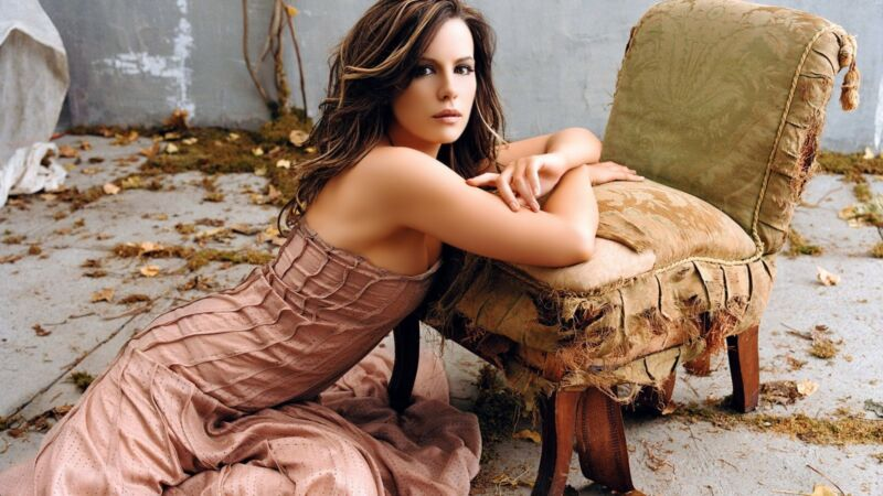 Kate Beckinsale Leaning On The Chair 8x10 Photo Print