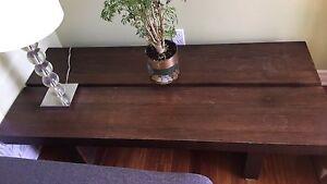 Tables basses en bois brun chocolat pour le salon