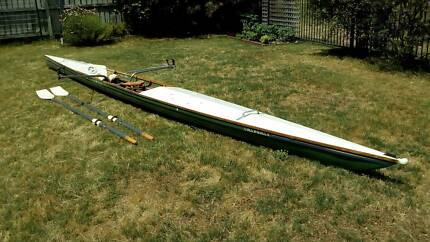 Single training scull with oars