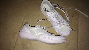 Size 8 cheerleading shoes London Ontario image 2