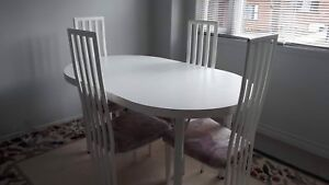 White dining table comes with 4 chairs