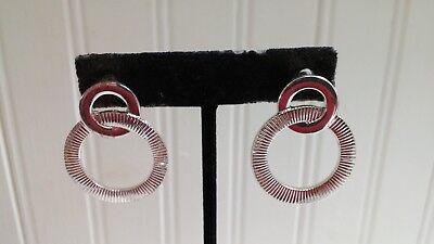 (Silvertone Metal Smooth & Ribbed Interlocked Circles Post Pierced Earrings)