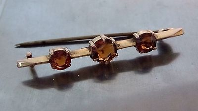 A LOVELY GOLD - 9 CT -  & THREE STONE BALTIC AMBER , BROACH WEIGHING 2 gms.