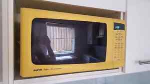 Large yellow microwave Heckenberg Liverpool Area Preview