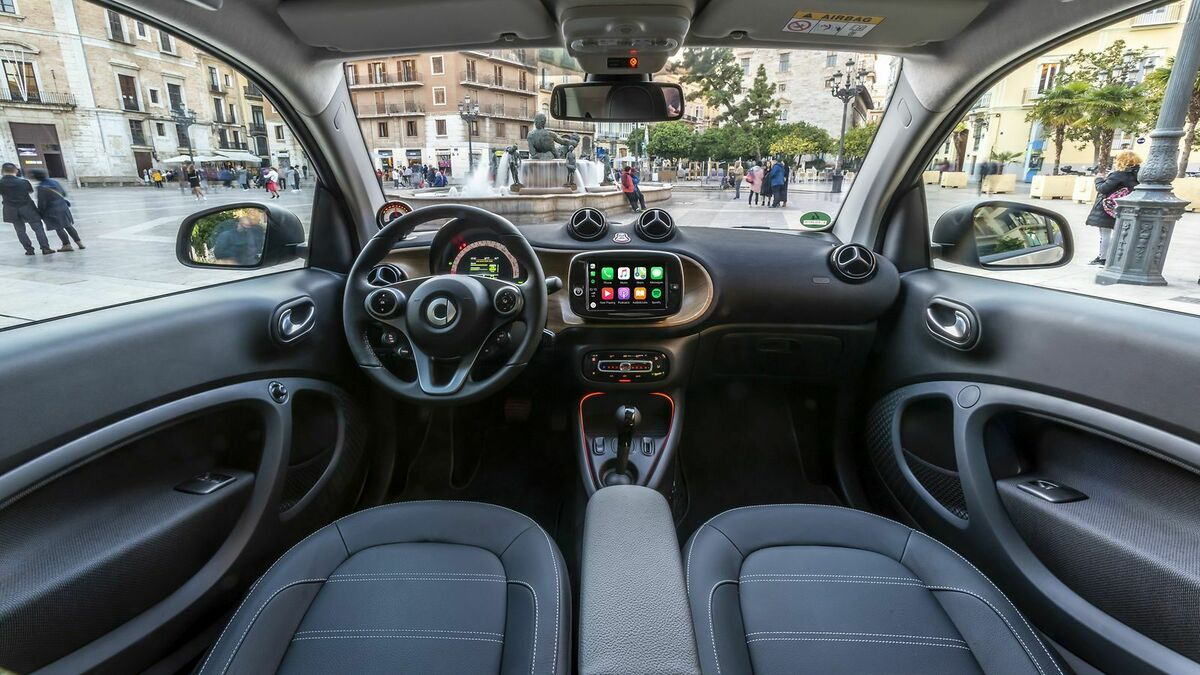 Zu sehen ist das Cockpit des Smart EQ ForTwo Coupe Cool Silver