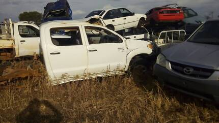 Assorted 4x4 and car parts