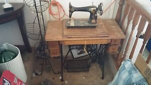 1920's antique Singer sewing machine w/table