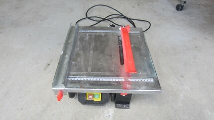 TILE SAW WITH COOLING WATER