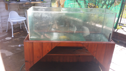 Fish tank, stand & a few accessories