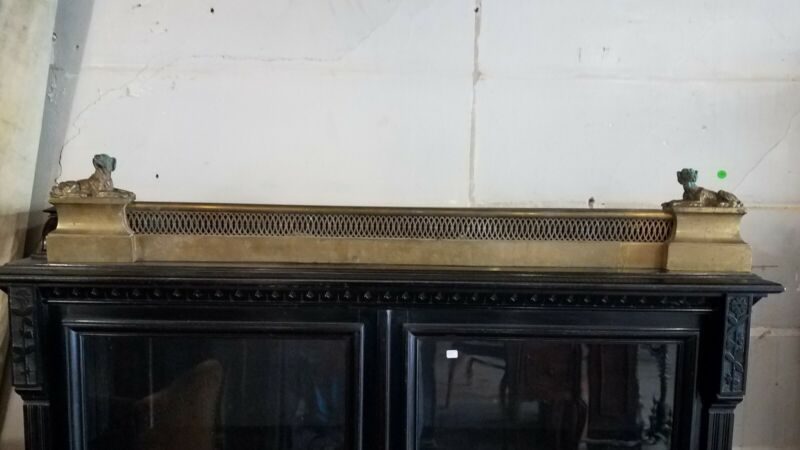 VICTORIAN ERA BRASS FIREPLACE FENDER WITH DOGS