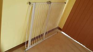 Child and Pet Gate With 2 extensions (Free Delivery) Hurstville Hurstville Area Preview