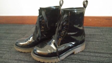 Black rain shoes/boots