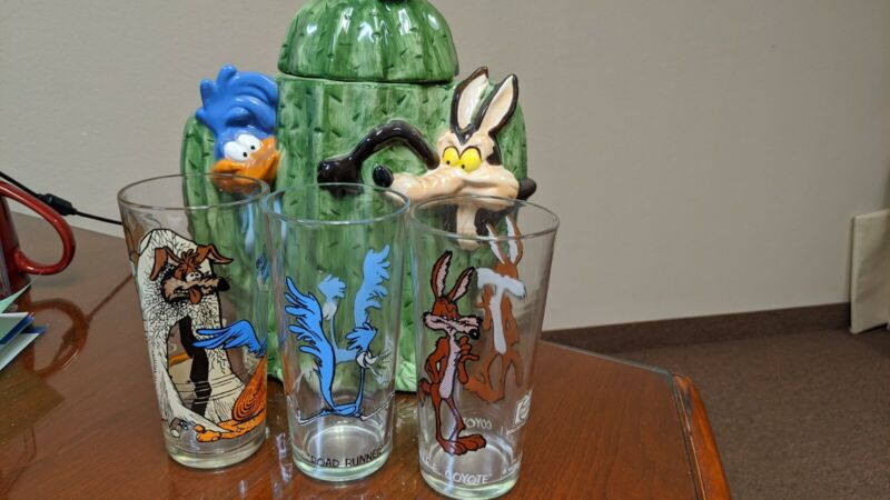 WARNER BROTHERS ROADRUNNER AND WILE E COYOTE COOKIE JAR AND GLASSES