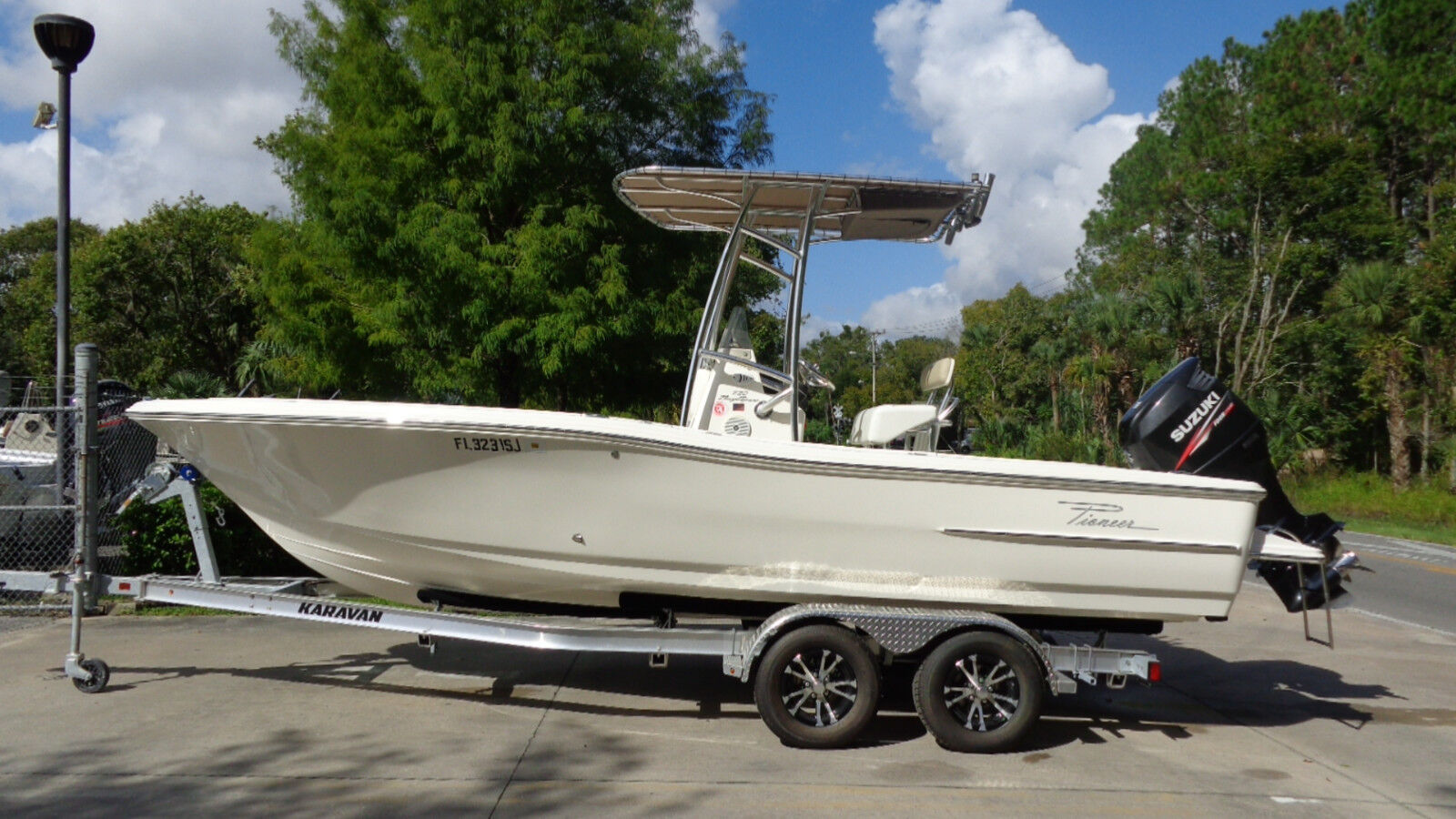 VERY NICE 2013 PIONEER 220 BAY SPORT CC FISHING BAY BOAT SUZUKI 4-STROKE 175 HP