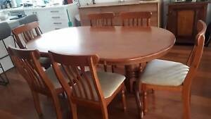 Dining Table in Excellent condition.