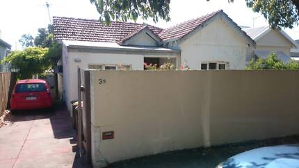 Room w/small ensuite available on a quiet street in Shenton Park.